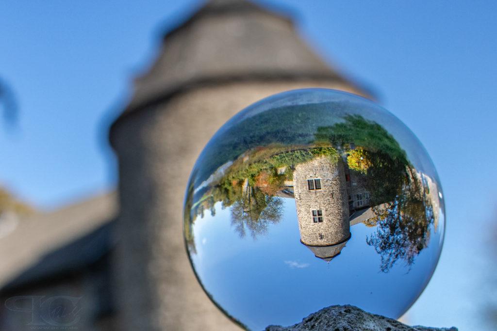 Wasserburg Haus zum Haus durch die Glaskugel
